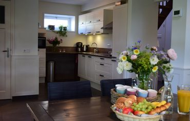 Eetkamer en keuken bij De Maasgaarde