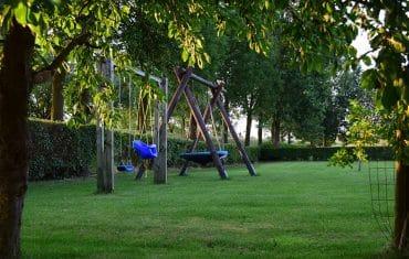 Speeltoestellen in tuin - De Maasgaarde